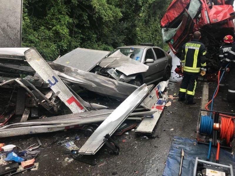 UPDATE FOTO/ GRAV accident rutier pe DN 7. Șoferul unui TIR în stare gravă