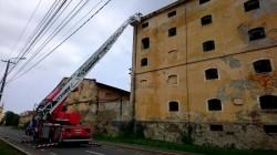Acoperiș desprins de pe clădirea fostei fabrici Indagrara. Pompierii arădeni au intervenit prompt