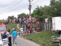 O autoutilitară a distrus locuința unei bătrâne din Arad. Vehiculul lăsat nesupravegheat a luat-o la vale