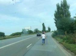 Un tânăr, bolnav de autism, lăsat singur pe șoseaua ce leagă Aradul de Timișoara
