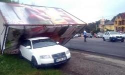 Ghinionul i-a urmat în concediu. O familie din Arad s-a trezit cu mașina lovită