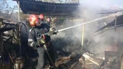 O magazie a luat foc la Păuliș. INCENDIUL puternic a fost stins la timp