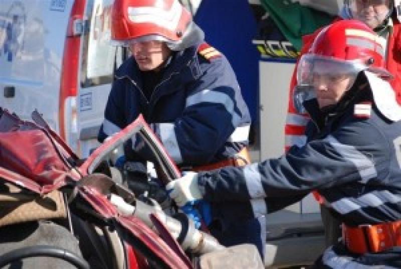 Accident rutier la Zimand. Pasagerii au rămas blocati în autoturism, până la sosirea pompierilor