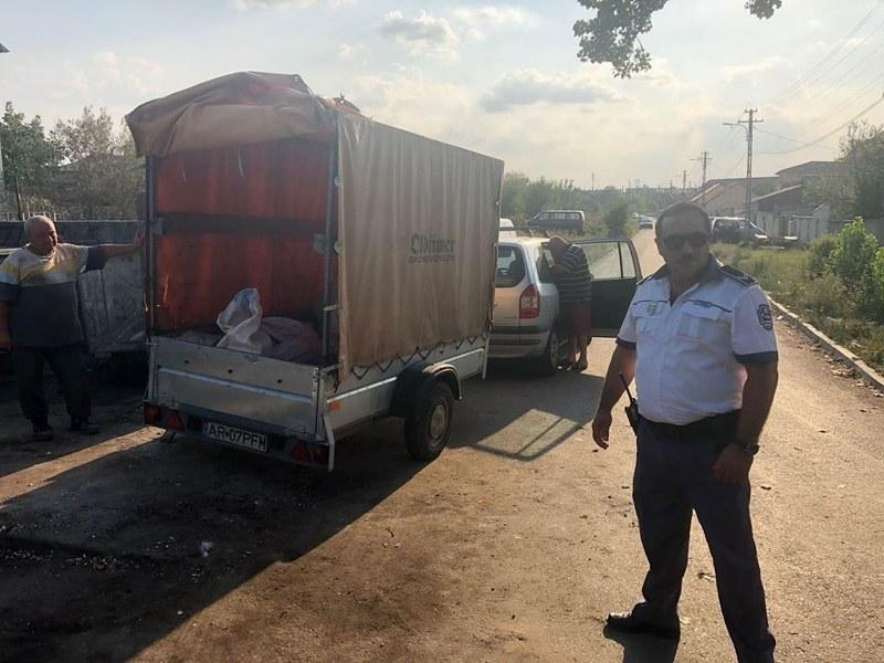 """Un alt arădean """"ecologist"""" surprind de poliţiştii locali aruncând gunoiul pe unde se poate"""