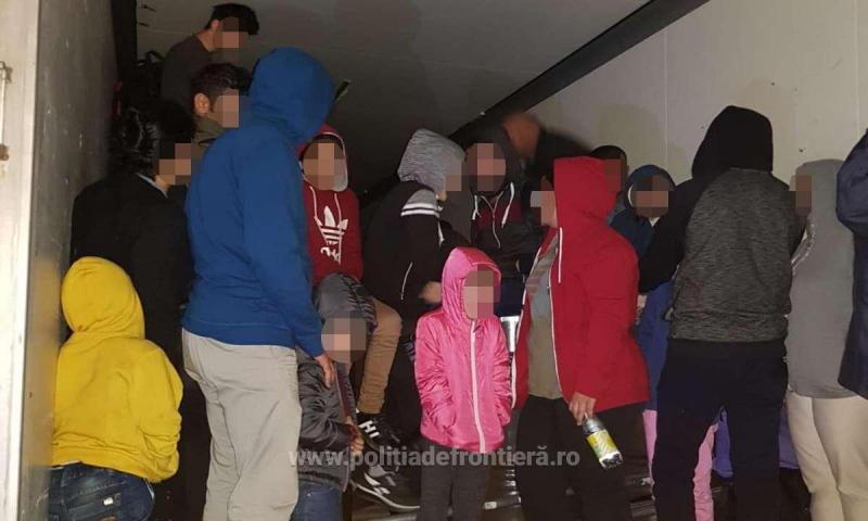 53 de cetățeni străini depistaţi ascunşi într-un automarfar la Vama Nădlac