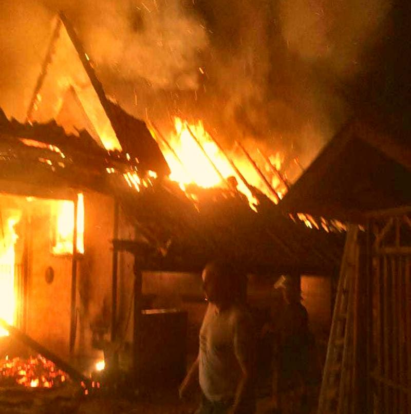 O familie din Sântana a rămas pe drumuri. Casa le-a ars în întregime
