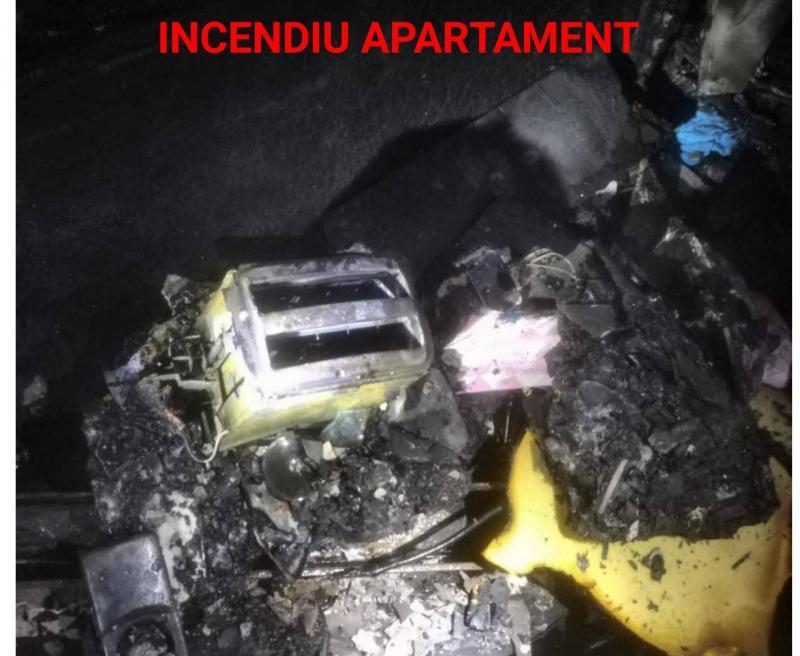 Un apartament din Piața Catedralei a luat foc. Pompierii arădeni au reușit să stingă incendiul înainte să ardă tot