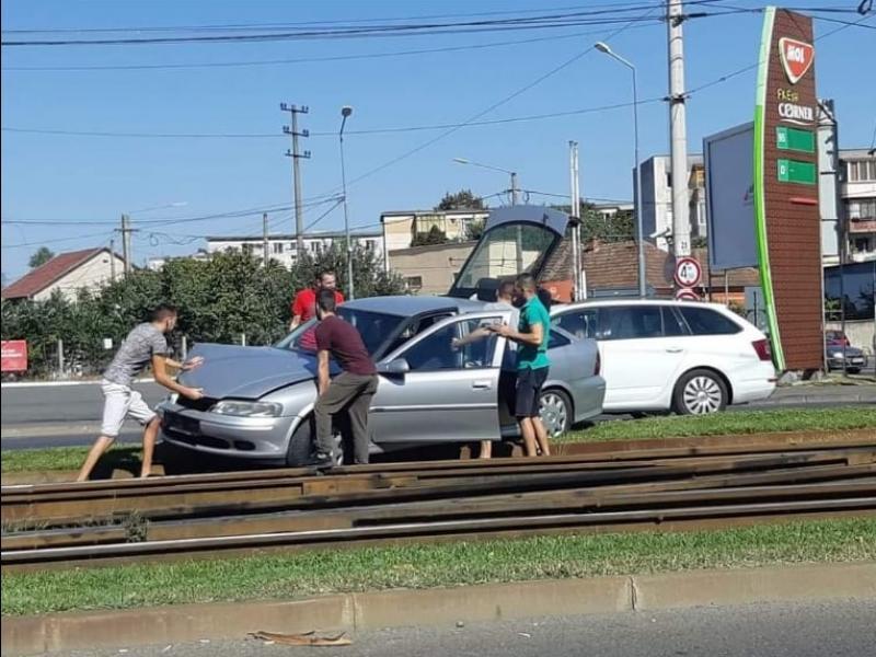 Accident rutier la Fortuna. Un șofer a ajuns cu autoturismul pe liniile de tramvai