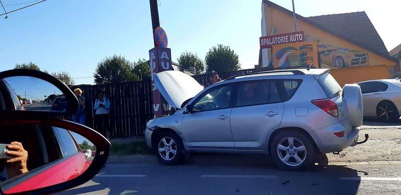 Graba strică treaba, iar neatenția provoacă accidente. Un autoturism a ajuns direct într-un stâlp de pe strada Pădurii