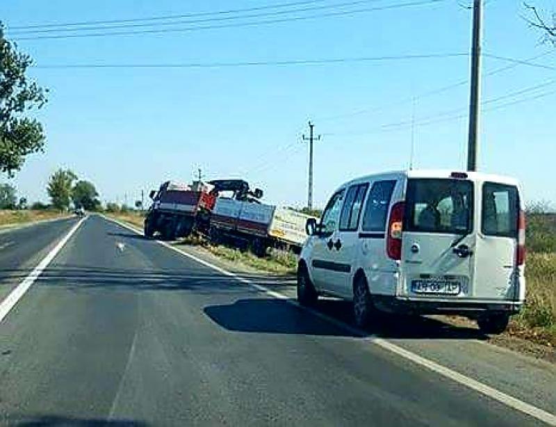 Camion încărcat cu materiale de construcții, ieșit în decor în apropiere de Hanul de la Răscruce