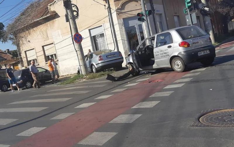 Vinerea accidentelor rutiere în Municipiul Arad. Un autoturism Volkswagen a ajuns pe trotuar