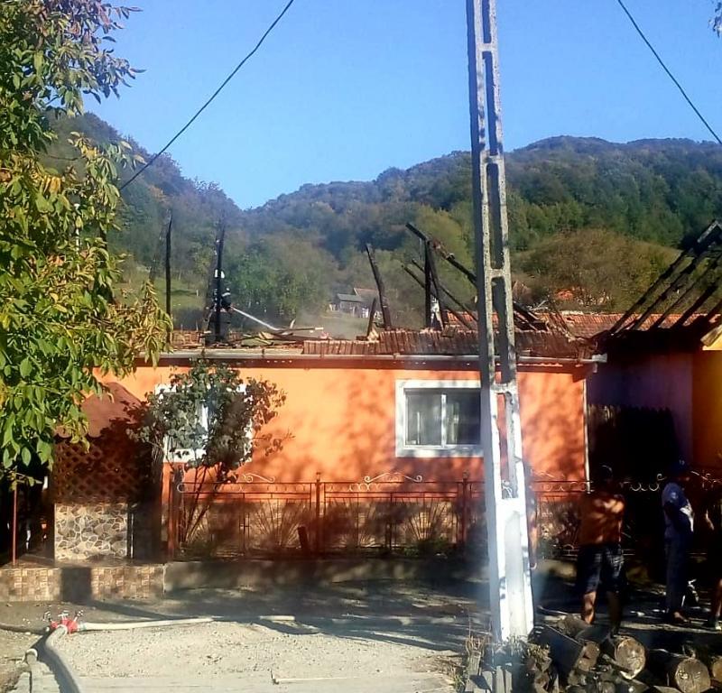 O casă din satul Păiușeni a luat foc