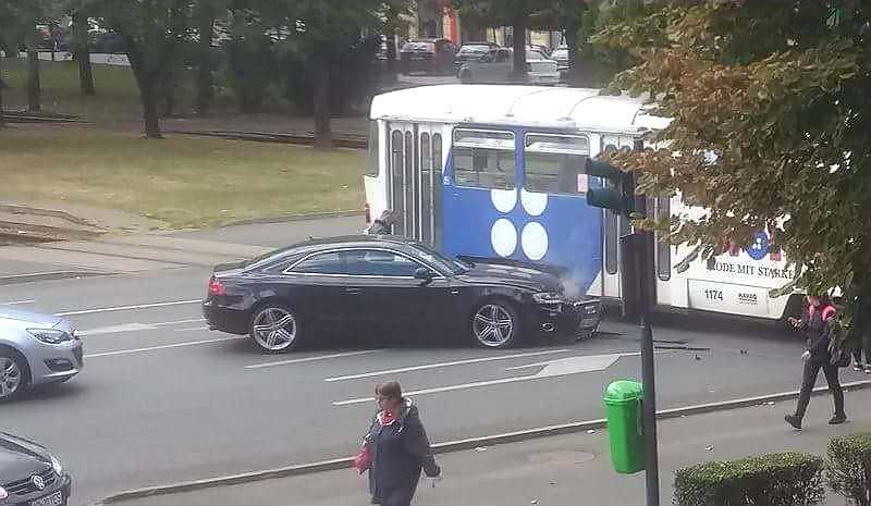 Cu Audi-ul în tramvai pe Bulevardul Revoluţiei