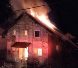 Flăcările au înghițit o casă din județul Timișl