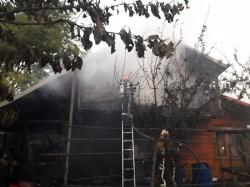 Un adăpost improvizat din oraşul Pecica a luat foc duminică dimineaţa