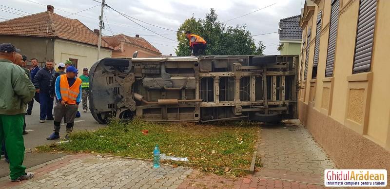 GRAV accident rutier pe Eftimie Murgu! O camionetă dată peste cap de trei ori!