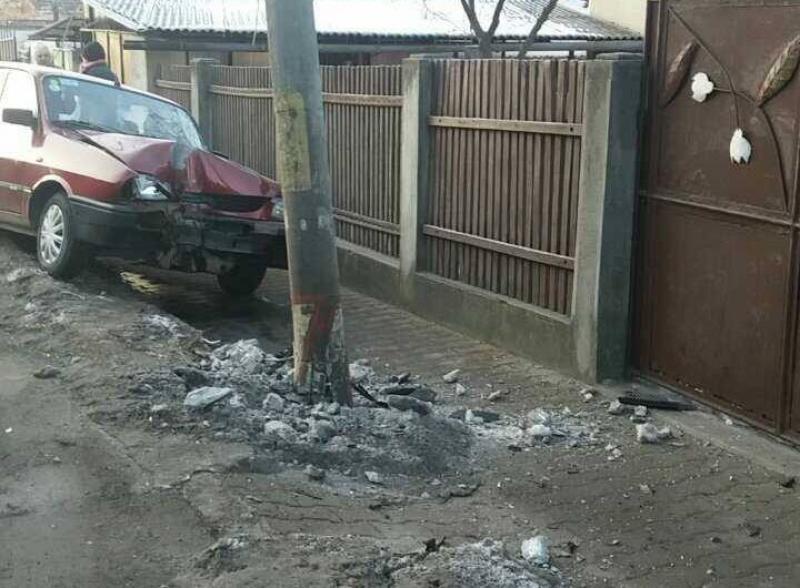 Un șofer a intrat cu autoturismul în stâlp, la ieșire din Vladimirescu