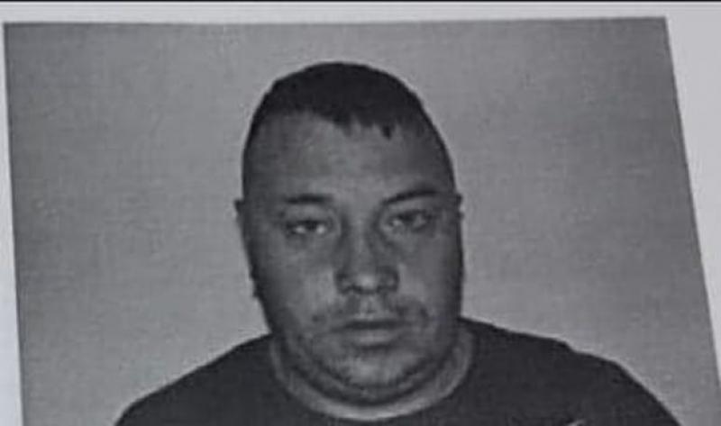 Bărbatul din imagine a EVADAT din închisoare! Polițiștii sunt în alertă