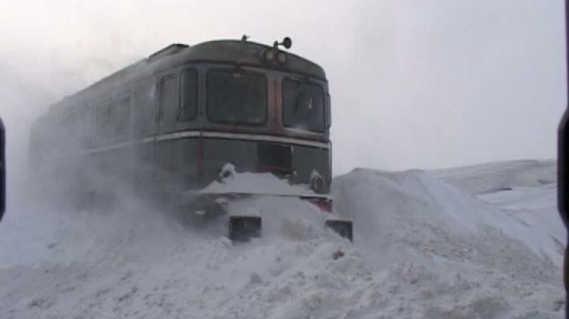 DISPERARE ! Călători blocați în tren din cauza zăpezii