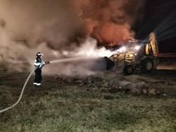 INCENDIU puternic la Măderat. Depozite pline cu baloți au luat foc
