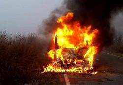 Un microbuz a luat foc pe o șosea din TImiș