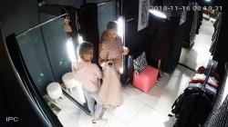 O femeie fura alături de fiica ei de numai 10 ani, dintr-un magazin pe care-l vizita des