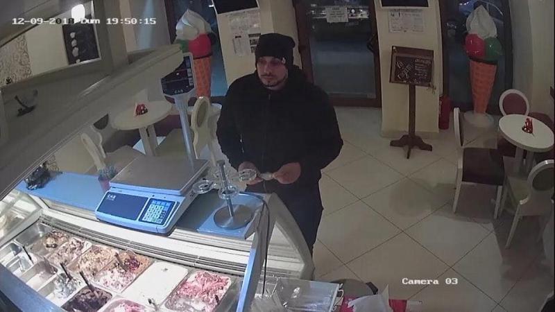 O tânără din Arad a fost jefuită în ziua de salar. Hoții au fost surprinși pe camerele de supraveghere