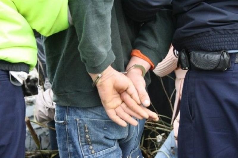 Tânăr de 20 de ani prins de polițiștii arădeni în timp ce fura din fața unui magazin din Arad