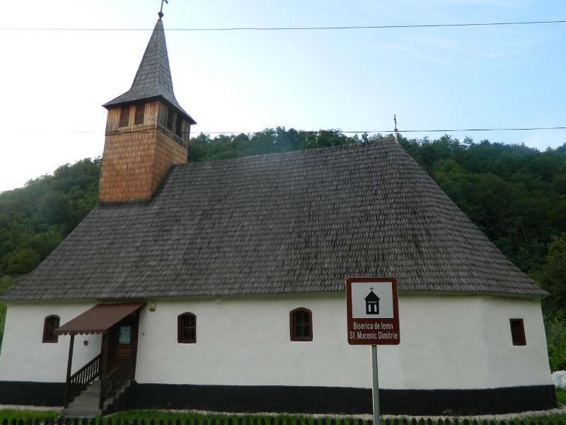 Biserica de lemn din Roșia Nouă, printre frumusețile Transilvaniei