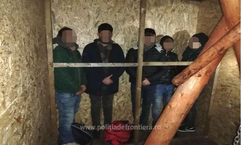 Cinci cetăţeni turci ascunși într-o autoutilitară, descoperiţi la Vama Turnu