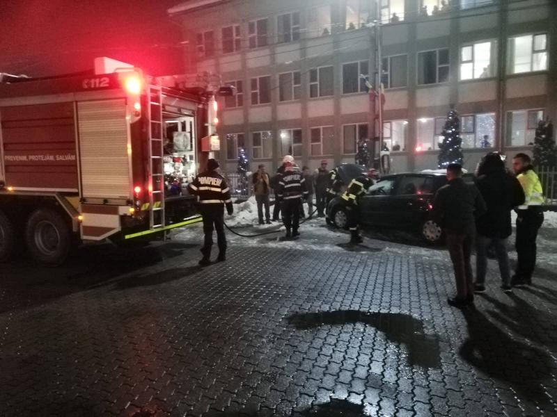 Un autoturism a luat foc la Sebiș