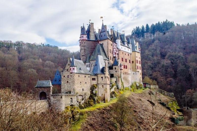 """Gluma unui medic stomatolog din Arad a """"ţinut"""" la 12.000 de români care au distribuit poza unui castel din Germania, convinşi că se află într-un sat din Arad"""