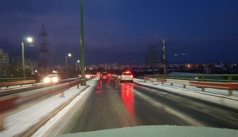 Şoselele din oraş şi judeţ s-au transformat în patinoar în decurs câteva zeci de minute! Circulaţi cu ATENŢIE!
