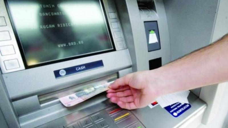 Prins în timp ce sustrăgea bani dintr-un bancomat, fără a avea vreun card
