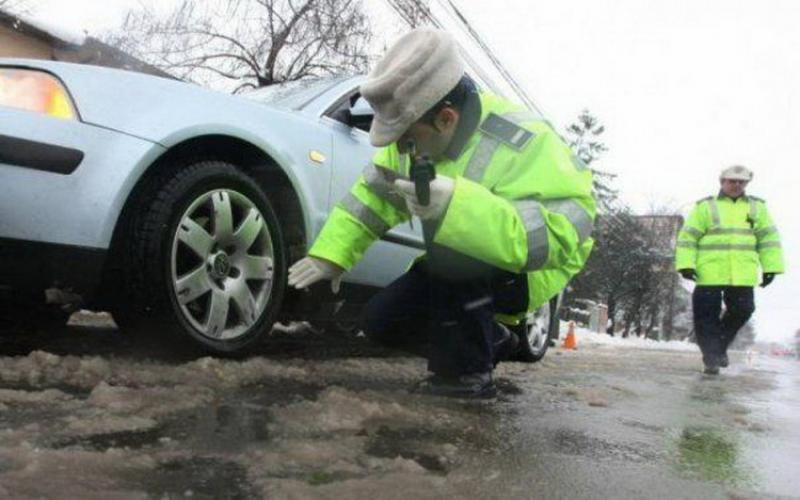 Atenție șoferi! Potrivit Codului Rutier din 2019, poliția poate să îți dea amendă, chiar dacă ai cauciucuri de iarnă și lanțuri!