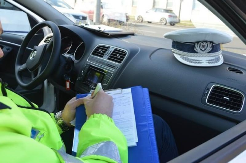 Tânără din Sântana prinsă la volan fără permis de conducere