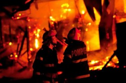 Început de an cu incendii. O casă şi o maşină au ars în noaptea dintre ani