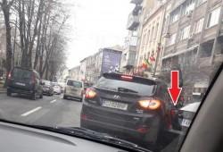 Bizonul zilei: Deşi are loc gârlă, freacă o maşină la ieşirea din parcare apoi pleacă liniştit