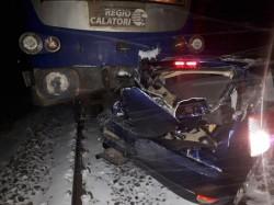 UPDATE:  Trenul REGIO Trans a spulberat un autoturism la trecerea la nivel cu calea ferată din Zimandul Nou