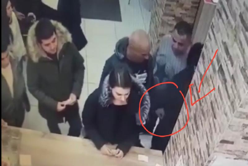 FILMAT în timp ce fura telefonul unei femei ! Bărbat din Lipova prins de polițiști