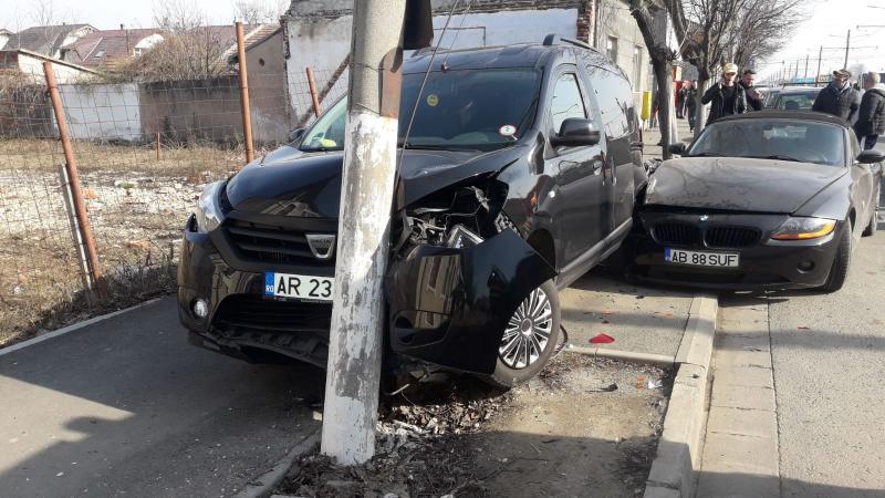 Stâlp electric doborât la pământ în urma unui accident rutier, care a avut loc pe Calea Radnei