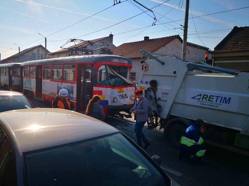 CARAMBOL pe Cocorilor : un tramvai a lovit o mașină de gunoi de la Retim