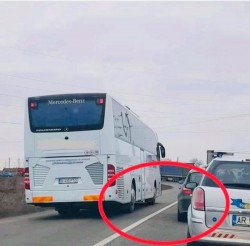 Șoferul unui autocar a rămas fără permis, după ce a fost fotografiat cum a depășit linia continuă