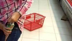 O tânără de 22 de ani din Arad, prinsă de polițiști în timp ce fura dintr-un supermarket
