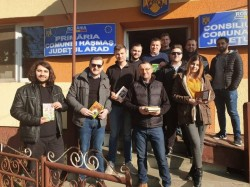 Tinerii liberali arădeni au dotat biblioteca din Hășmas cu peste 1200 de cărți!