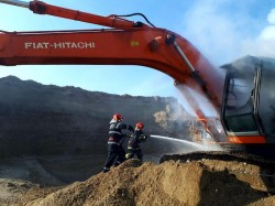 Un excavator a luat foc la balastiera din Sâmbăteni