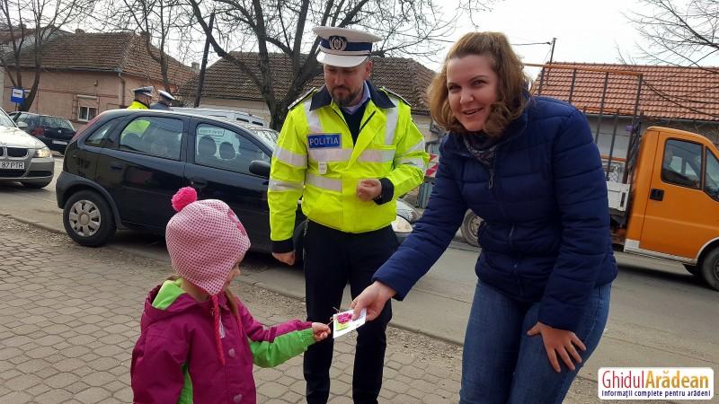 """Polițiștii rutieri au """"amendat"""" șoferițele cu un mărțișor, împreună cu preșcolarii de la Bambi"""