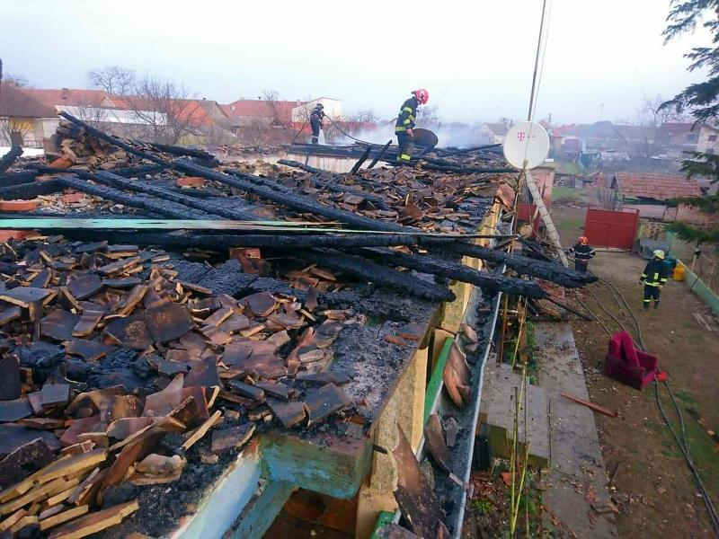 O casă din Curtici a luat foc