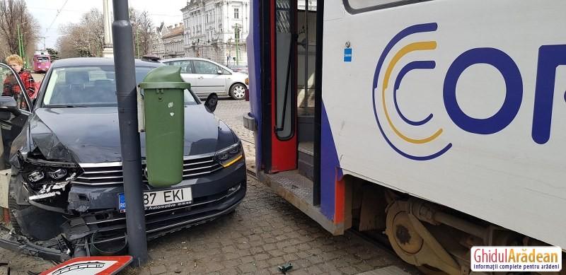 Accident la Km 0. De când cu gratuitățile pe tramvaie, și mașinile vor să se urce în tramvai