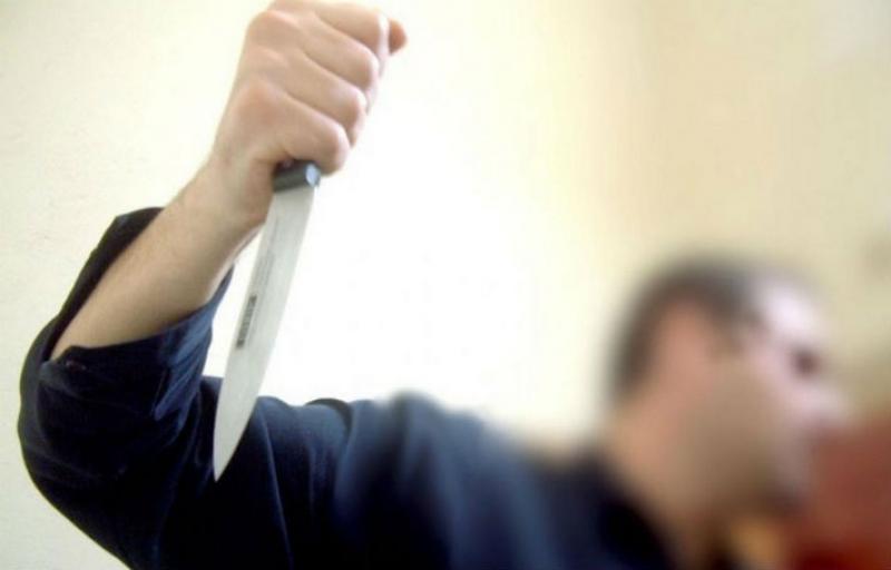 O tânără arădeancă și copiii ei amenințată cu moartea cu un cuțit de bucătărie, chiar de soțul ei